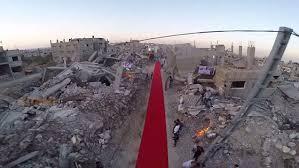 傷痕も生々しい廃墟で開かれた映画祭