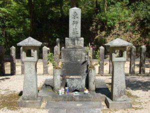 功山寺の末寺・東行庵にある高杉晋作が眠る墓 (下関市吉田)