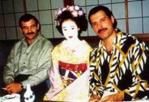 左の男性は恋人のジム・ハットン氏です